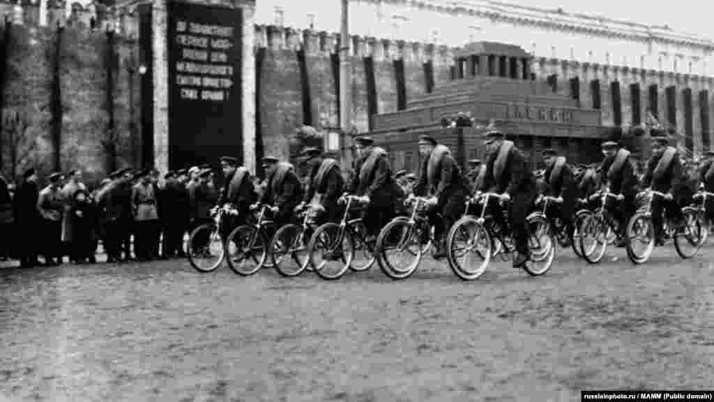 Первомайский парад на Красной площади, 1 мая 1924 - 1929