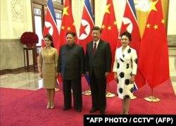 Ким Чен Ын и его жена Ри Соль У во время встречи в Пекине с Си Цзиньпинем и Пэн Лиюань