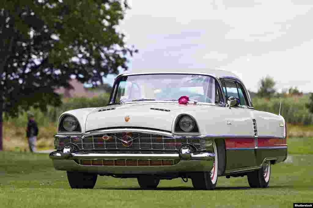 Packard Caribbean 1955 года выпускался в США достаточно недолго и не имел большого успеха. Но вторую жизнь он получил, когда в 1959 году Советский Союз решил позаимствовать модель для одного из своих престижнейших автомобилей.