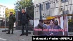 Акция в поддержку Романа Сущенко у посольства России в Киеве, 6 октября 2016 года