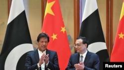 چین: پاکستانی وزیر اعظم عمران خان له چینايي وزیر اعظم لي کیچیانګ په بیجینګ کې د یوه تړون لاسلیکولو پرمهال. ۲۸م اپرېل ۲۰۱۹