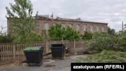 Ջրաշեն թաղամասի թիվ 107 միջնակարգ դպրոցի տանիքը պոկվել է, Երևան, 11-ը հուլիսի, 2016թ.