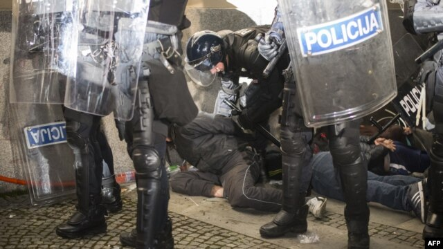 Policija hapsi demonstrante, 3. decembar 2012.