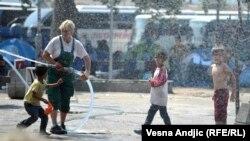 Izbeglička deca u parku