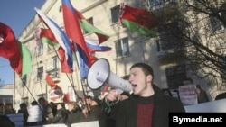 Газовая политика Москвы сблизила оппозицию и официальные власти Белоруссии. Акция протеста у российского посольства