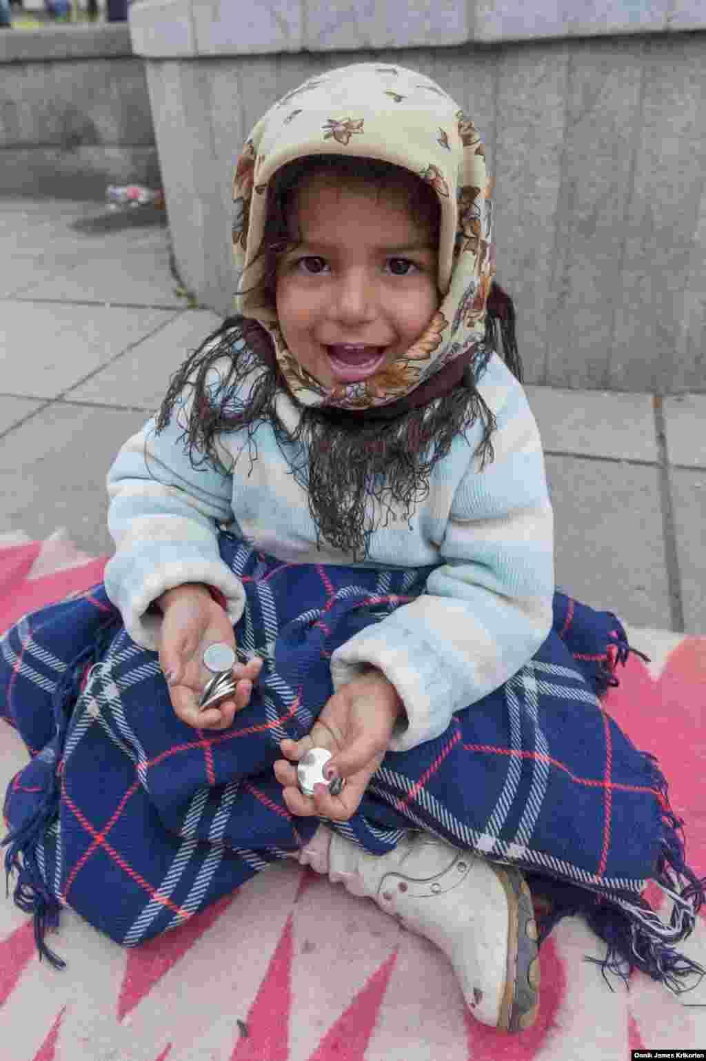 ЮНІСЕФ розділяє безпритульних на три категорії: діти, що втекли зі своїх сімей; діти, які живуть на вулиці разом з сім'єю; і ті, які проводять більшу частину свого часу на вулицях за жебракуванням. У Грузії, як і всюди в світі, зустрічаються всі три категорії, але найчисленніша – третя
