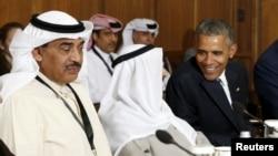 Президент Обама Кувейттин эмири Сабах ал-Ахмед ал-Джабер ас-Сабах менен Кэмп-Дэвиддеги саммит учурунда сүйлөшүп жатат. 14-май, 2015.