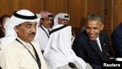Президент США Барак Обама беседует с эмиром Кувейта Сабахом аль-Ахмедом аль-Джабером ас-Сабахом на саммите в Кэмп-Дэвиде, 14 мая 2015 года.