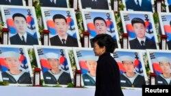 Президент Пак Кын Хе үч жыл мурда каза тапкан корей моряктарын эскерүү жыйыны учурунда. 26-март, 2013-жыл.
