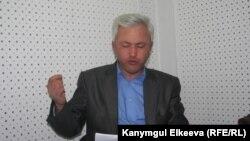 Акын Нурлан Калыбеков.