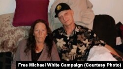 مایکل وایت، شهروند آمریکایی زندانی در زندان مشهد در کنار مادرش، دادستان مشهد گفته او به اتهامات امنیتی نیز متهم شده است