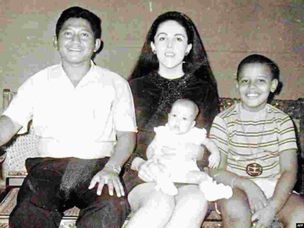 Kad je imao 9 godina... - Barack Obama sa majkom Ann Dunham, očuhom Lolo Soetoro i polusestrom Mayom 1970-te godine .