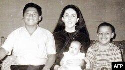 Barack Obama sa očuhom, majkom i sestrom 1970. godine