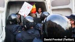 На фото: задержание ЛГБТ-активиста на первомайском митинге в Санкт-Петербурге