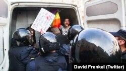 Полицейские и задержанный участник акции ЛГБТ-сообщества в Петербурге. 1 мая 2017 года. Иллюстративное фото.