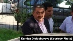 Арестованный бывший мэр Бишкека Албек Ибраимов в сопровождении сотрудников государственного комитета национальной безопасности (ГКНБ) Кыргызстана. Бишкек, 27 августа 2018 года.