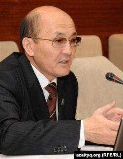 Депутат Серик Темирбулатов выступает на заседании мажилиса парламента. Астана, 26 октября 2011 года.