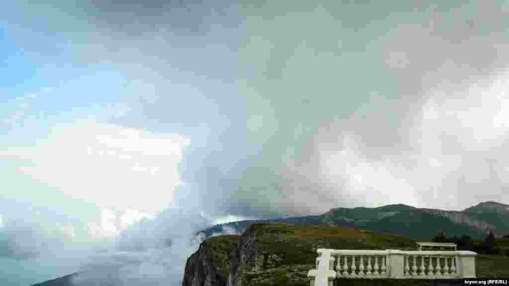 «Беседка ветров» представляет собой каменную колоннаду под куполом. В 1956 году ее установили на обрывистом краю яйлы (1436 метров над уровнем моря), а в 1998 году реконструировали