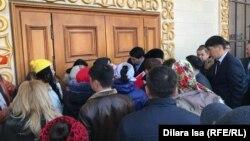 Шымкент қаласы әкімімен кездесуге кіре алмай тұрған тұрғындар. 15 ақпан 2019 жыл