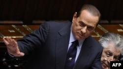 Italijanski premijer Silvio Berluskoni (levo) govori u parlamentu, Rim, 13. decembar 2010.