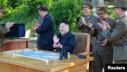 Лидер Северной Кореи Ким Чен Ын наблюдает за запуском баллистической ракеты.