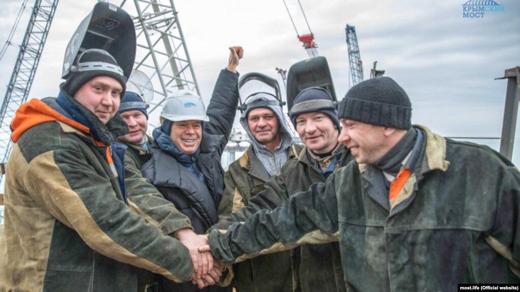 Российская пропаганда прославляет «стройку века», а строителей моста развлекают то учениями по срочной эвакуации, то звездными гостями