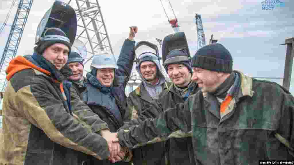 Російська пропаганда прославляє «будівництво століття», а будівельників мосту розважають то навчаннями з термінової евакуації, то зірковими гостями