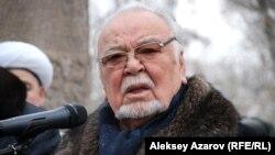 Асанали Ашимов у могилы Шакена Айманова. Алматы, 15 февраля 2014 года.