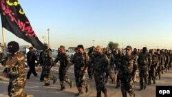 Иракские ополченцы, вступившие в национальную армию, чтобы воевать с боевиками ИГИЛ. Ан-Наджав, 19 июня 2014 года.