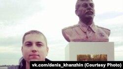 Активист КПРФ в Сургуте Денис Ханьжин у бронзового бюста Сталину. 15 сентября 2016 года.
