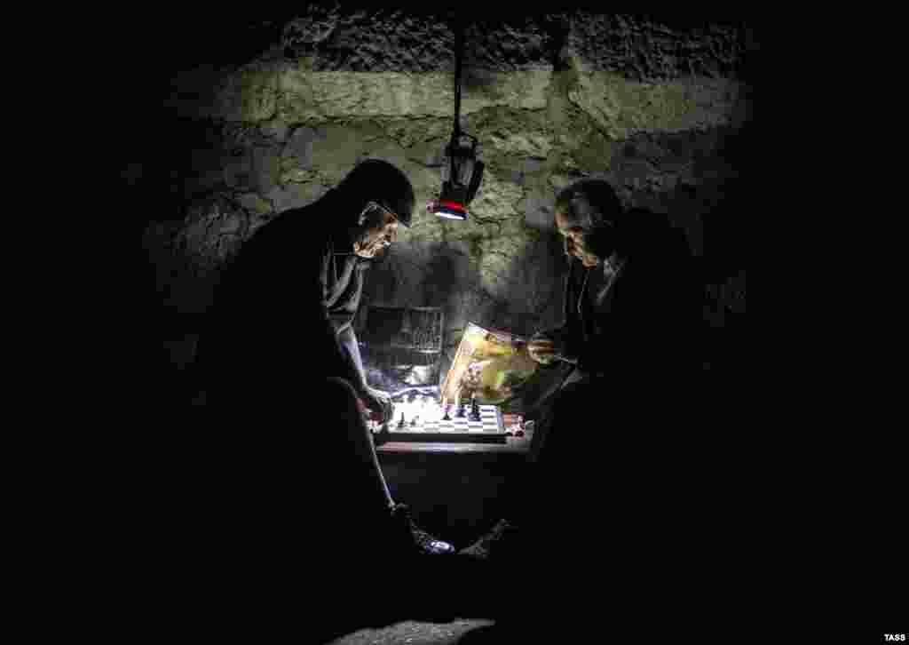 Yalta - erkekler santıraç oynaylar. Energetik qamaçavı sebebinden Qırımda 1,6 million insan yarıqsız qaldı, 2015 senesi noyabr 29 künü