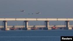 Rusiye uçaqları Keriç köprüsini «közete», 2018 senesi noyabrniñ 25-i