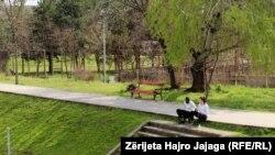 илустрација, луѓе во градскиот парк во Скопје