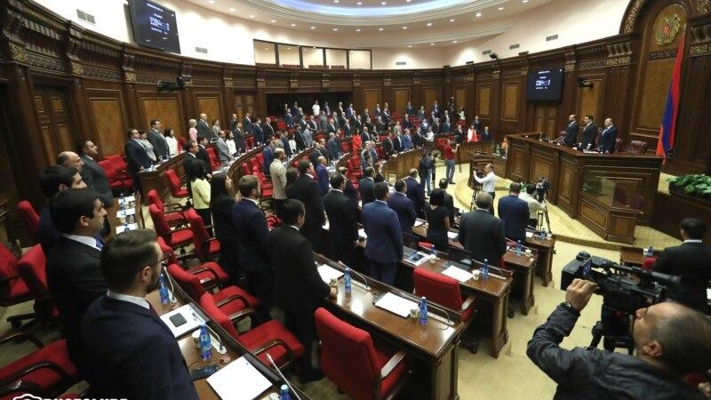 В парламенте проходят слушания по конституционному закону «О партиях»