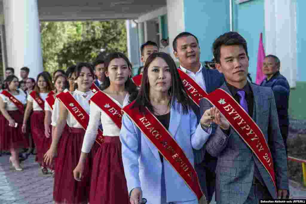 Кыргызстанда быйыл 59 463 окуучу мектептин 11-классын бүтүрүп жатат. Ал эми 9-классты 93 874 бала аяктоодо.