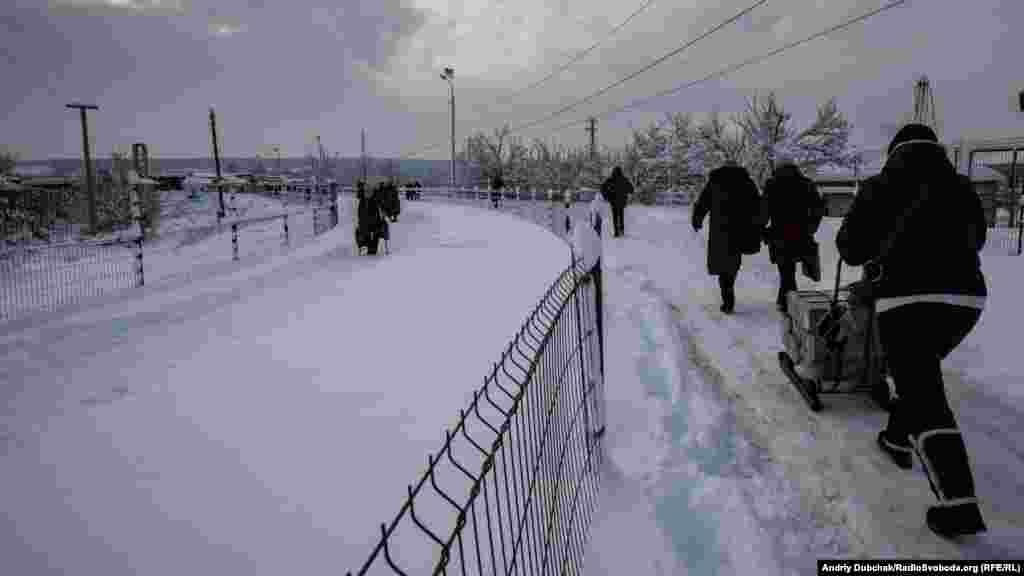 Після всіх первірок починається майже п'ятикілометровий шлях «на ту» сторону, посередині якого людям потрібно ще й перебратися через підірваний міст. Для більшості літніх людей у колоні– це дуже складне фізичне випробування. Після мосту на них чекає вже інша перевірка– проросійськими бойовиками