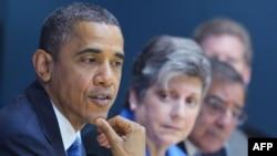 """Барак Обама на одном из заседаний, посвященных ликвидации последствий урагана """"Сэнди""""."""