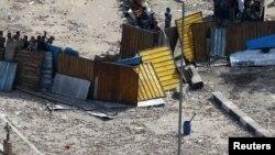 Армейское оцепление вокруг баррикад, возведенных антиправительственными манифестантами в центре Каира, у Национального музея