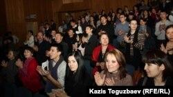 """""""Көшкін"""" спектакліне барған көрермендер қол соғып тұр. Алматы, 14 наурыз 2012 жыл."""