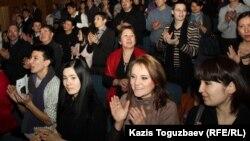 """Зрители на спектакле """"Лавина"""", Алматы, 14 марта 2012 года."""