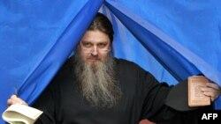 Дауыс беруші украиналық шіркеу қызметкері. 28 қазан 2012 жыл.