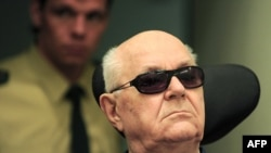 Germany -- Accused Nazi death camp guard John Demjanjuk arrives for another session of his trial in a courtroom in Munich, 20Apr2010