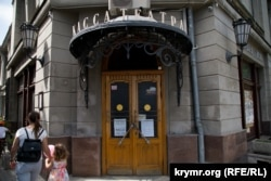Вход в Крымский академический русский драматический театр