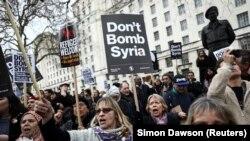 Британиянын Сирияга ыктымал аскерий соккуга аралашуусуна каршылардын нааразылык акциясы. Лондон, 13-апрель, 2018-жыл.