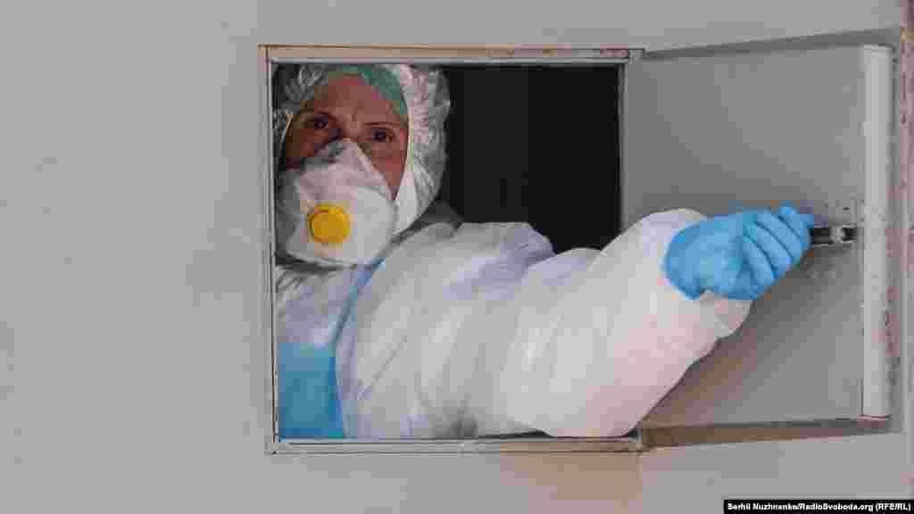 Перший форпост столиці по боротьбі із коронавірусом – Олександрівська лікарня – продовжує приймати хворих. Тим часом в столиці задіюють ще одну лікарню – №9