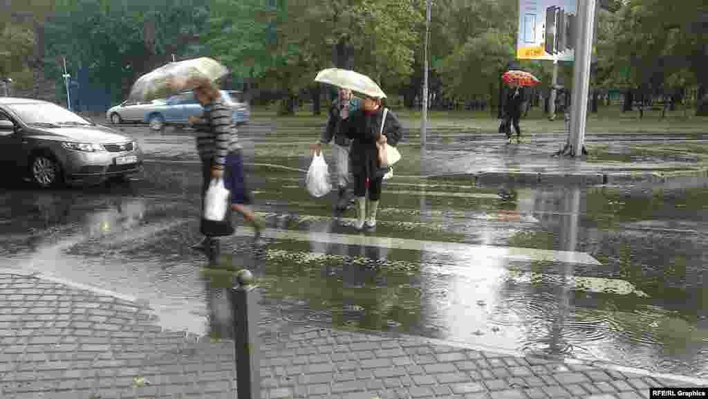 Люди намагаються пройти на перехресті вулиць Гагаріна і Середньофонтанської