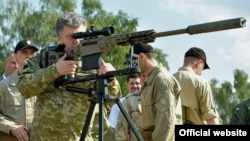 Президент України Петро Порошенко оглядає озброєння у навчальному центрі Національної гвардії, 26 липня 2014 року