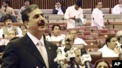 Premierul Pakistanului Yousuf Raza Gilani vorbind astăzi în Parlament la Islamabad
