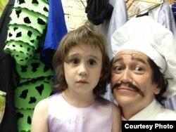 Русалочка мюзиклыннан Шеф Луи гримында кызы Алинә белән