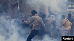 تر هندي ولکې لاندې کشمیر کې د هند حکومت ضد مظاهره چیانو باندې اوښلن ګېس غورځول شوی .نېټه ۱۴ سپټمبر ۲۰۱۰م کال